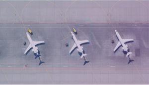 Drei Flugzeuge von oben auf Rollfeld