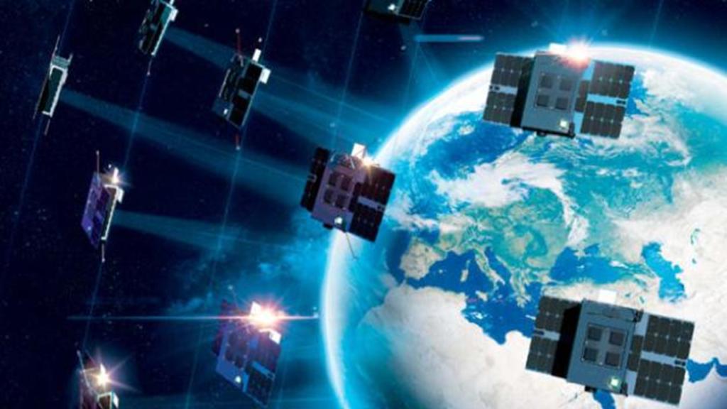 Satelitten im All im Hintergrund die Erdkugel