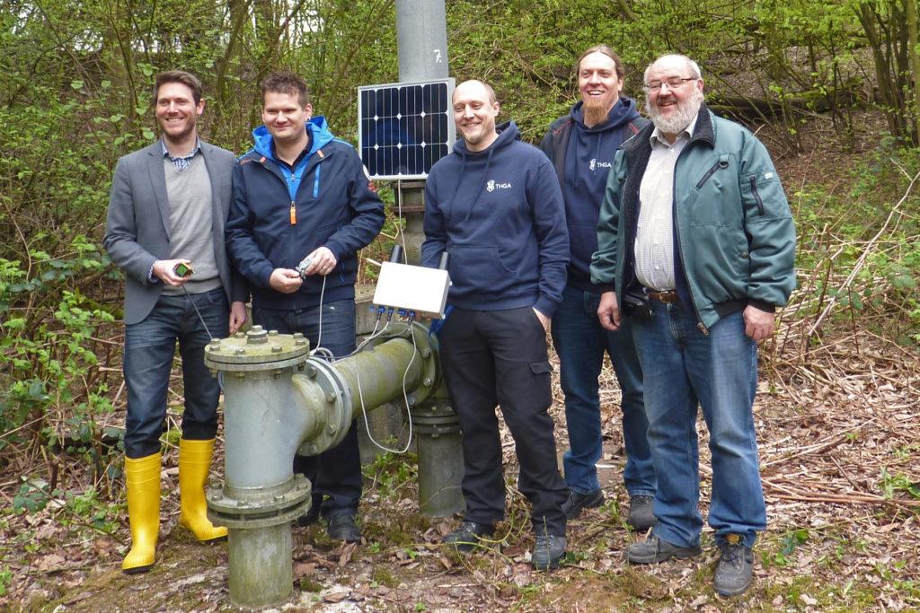 Wächter der RAG AG Tagesöffnungen im Feldeinsatz an einer Protegohaube, die als Flammendurchschlagsicherung dient. Von links: Stefan Schnell (RAG), Filip Schmachtenberger (THGA), Bastian von Gruchalla (THGA, mit Sigfox-Station), Steffen Kruse (THGA) und Prof. Dr. Bernd vom Berg (THGA)