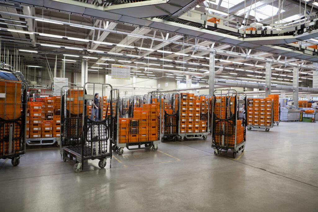 Rollbehälter der Österreichischen Post AG in einer Halle